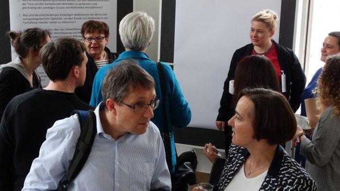 Präsentation der Abschluss-Poster durch Prof. Dr. Brigitte Petersen, Dr. Julia Steinhoff-Wagner und Celine Heinemann
