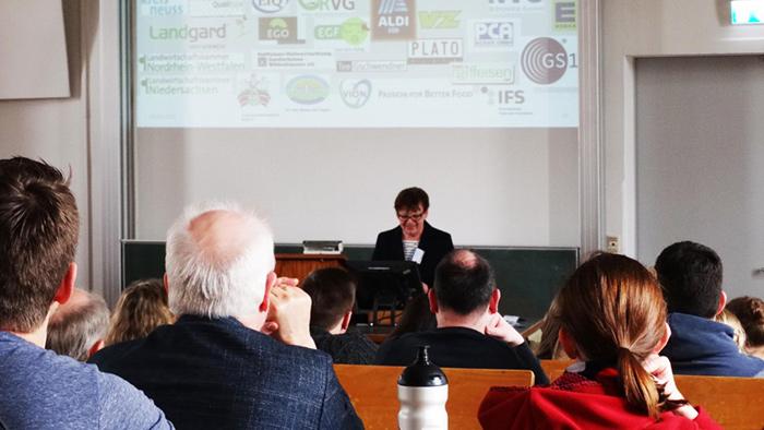 Prof. Dr. Petersen präsentiert das Bonner Modell und die Partner-Unternehmen