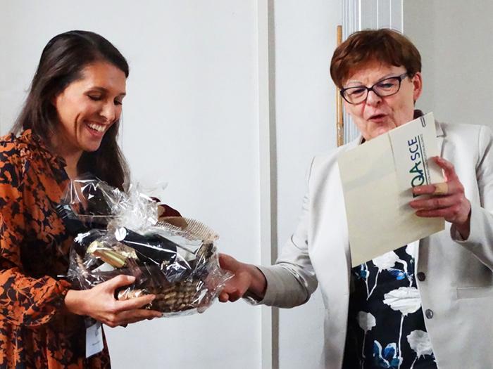 """Frau Marina Labalestra wird ebenfalls für die """"Beste Jahrgangs-Masterarbeit 2018/2019"""" ausgezeichnet, von Prof. Dr. Brigitte Petersen."""