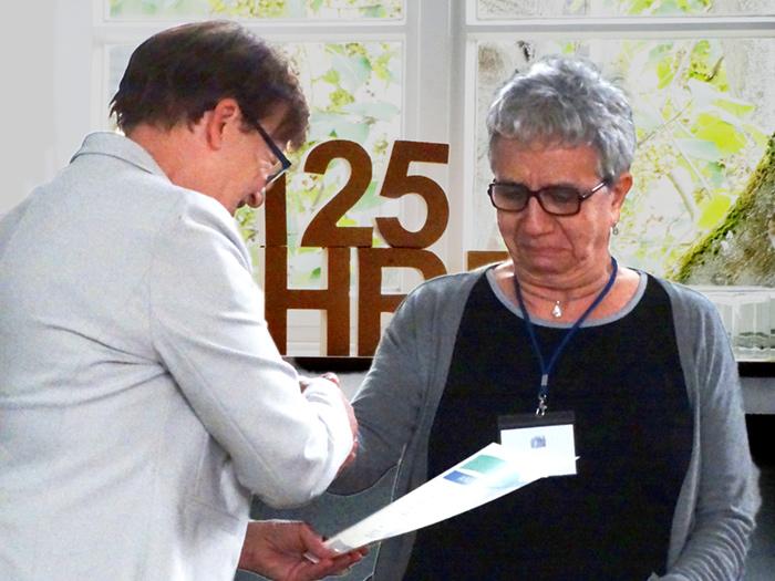 Prof. Dr. Brigitte Petersen überreicht Prof. Dr. Ema Maldonado die Anerkennung als EQAsce-Dozentin.