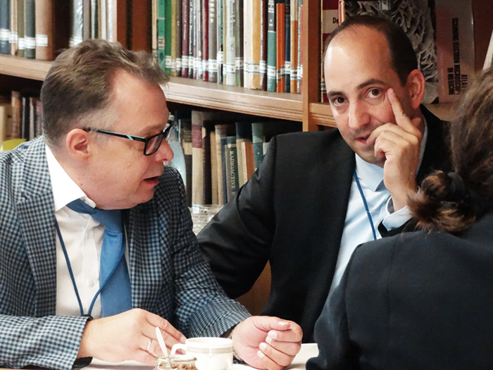 Prof. Dr. Thomas Rose vom Fraunhofer-Institut (FIT) in Birlinghoven und Herr Dr. Thorsten Klauke im Austausch.