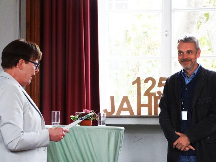Prof. Dr. Brigitte Petersen übergibt die Urkunde für die Anerkennung als EQAsce-anerkannter Dozent an Prof. Dr. Martin Hamer.